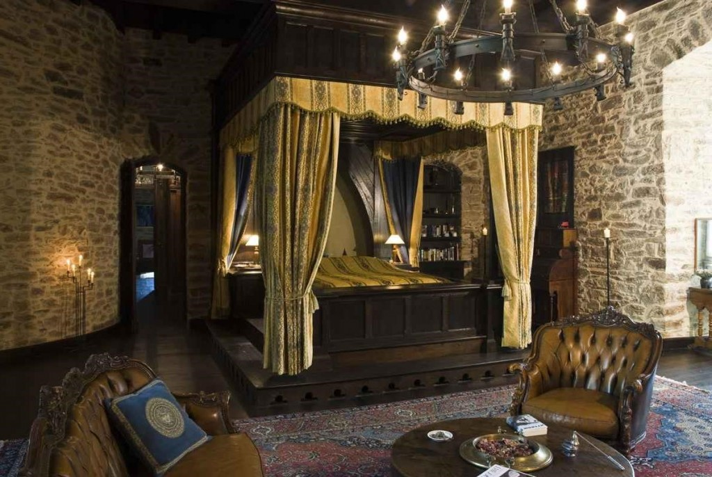 Dormitor medieval cu pat cu baldachin din lemn masiv