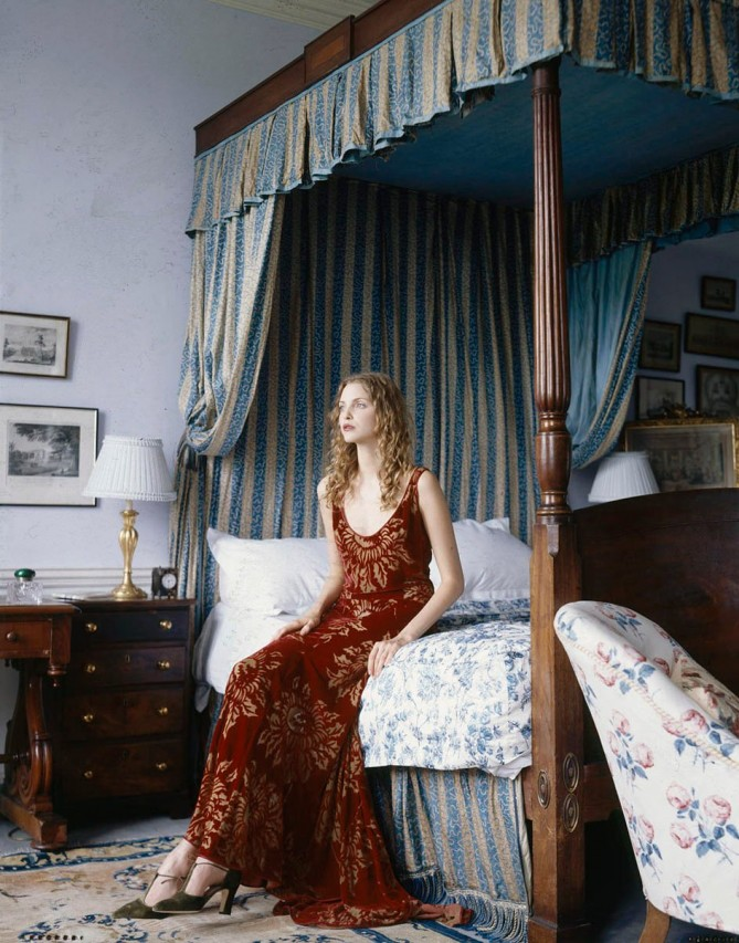Nadja Auermann in decorul unui dormitor clasic