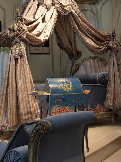 Patul regelui Ludovic al XVI-lea, impreuna cu sofaua si secreterul regal