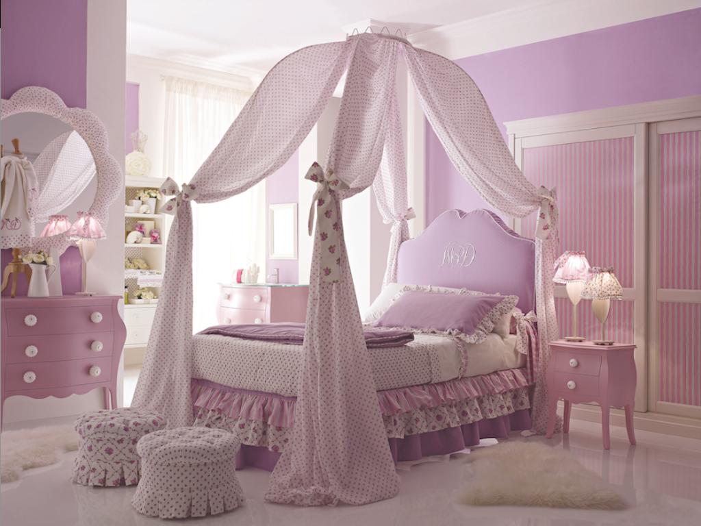 Patut cu baldachin, cromatica roz pastel