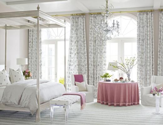 Dormitor romantic cu pat cu baldachin alb