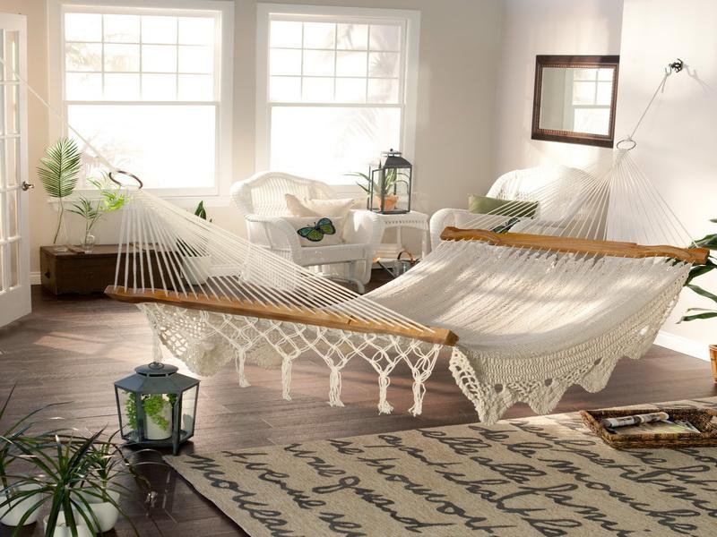 dormitor-cu-mobilier-alb-din-ratan-hamac-si-podea-din-lemn
