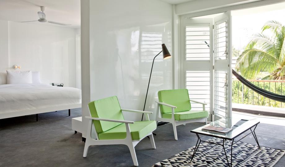 interior-de-dormitor-minimalist-cu-mobila-alba-scaune-din-lemn-si-perne-verzi-plus-hamac