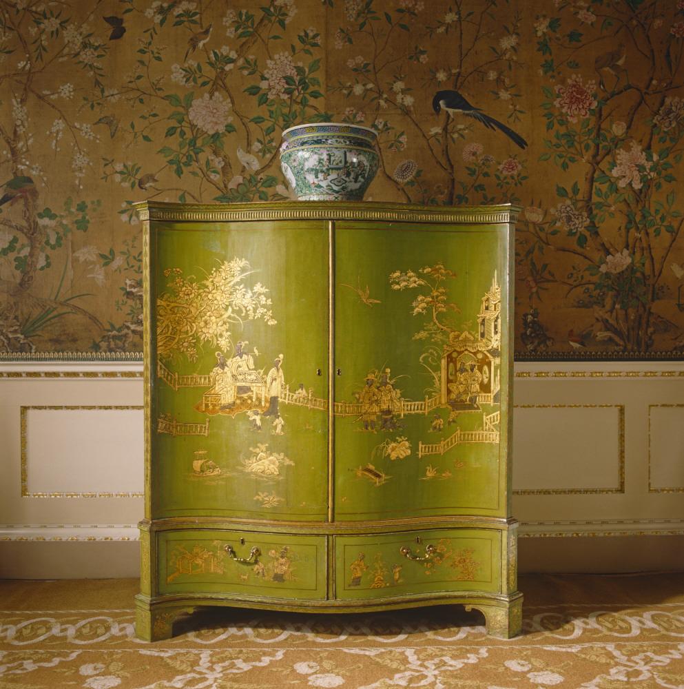 Dulap pictat in stil chinezesc cu motive orientale aurii pe fundal verde