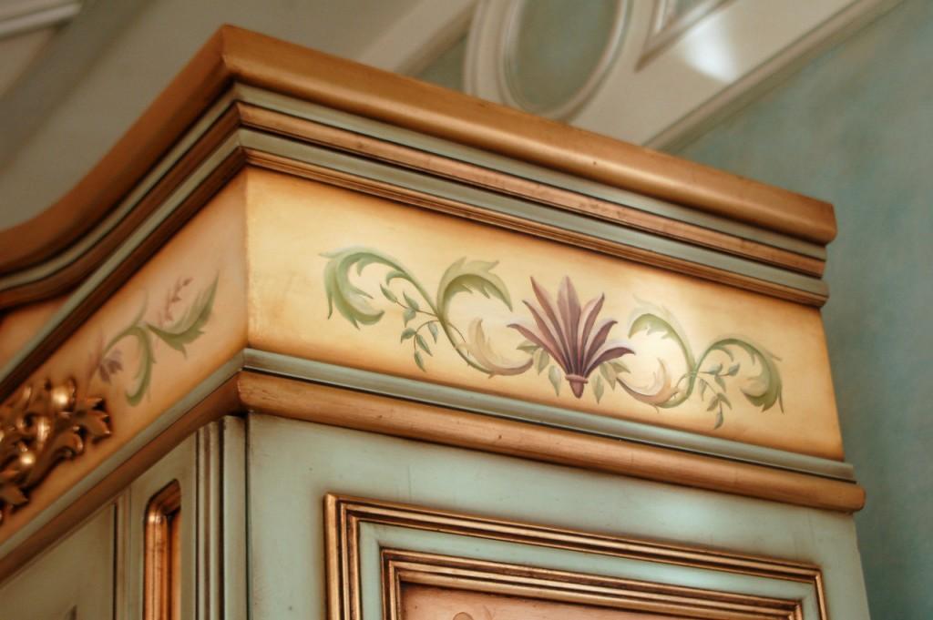 sifonier-pictat-cu-motive-florale-si-auriu