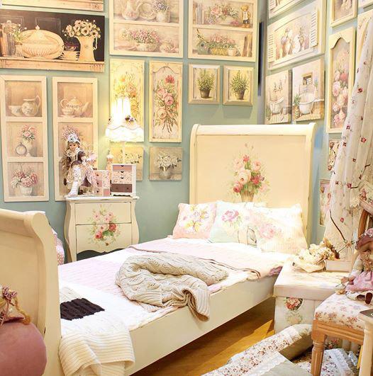 tablie-pictata-de-pat-rose-garden-in-decor-dormitor-shabby-chic