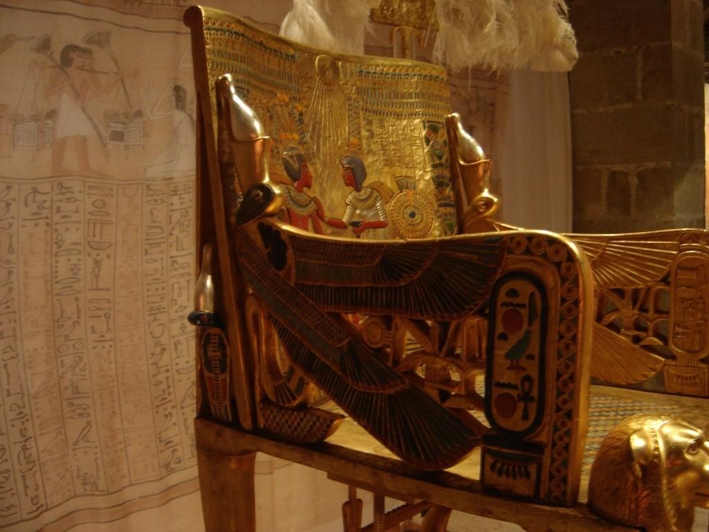 Tron pictat cu foita de aur, din Egiptul antic