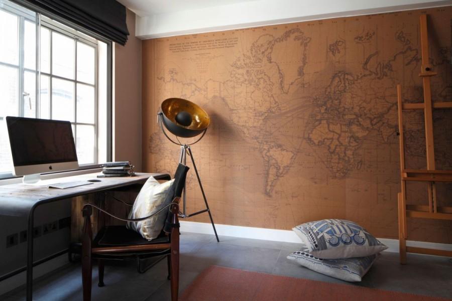 Birou amenajat in spatiul unui apartament de tip loft cu perete tapet harta