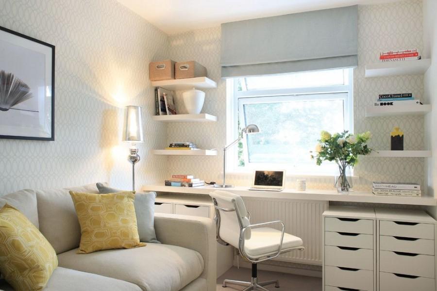 Living cu mobilier alb, colt cu birou si scaun ergonomic