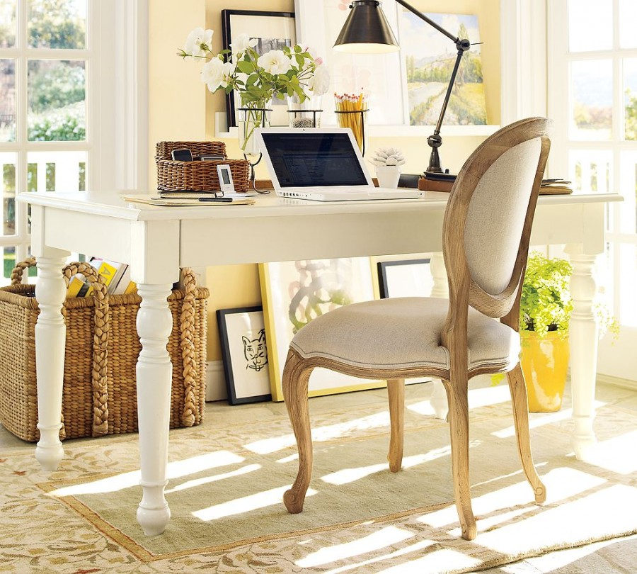 Birou din lemn alb in stil rustic francez, scaun clasic si veioza metalica