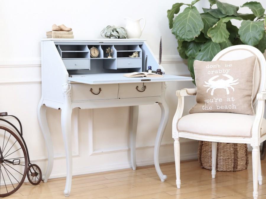 Birou secreter clasic din lemn finisat in alb, scaun cu brate