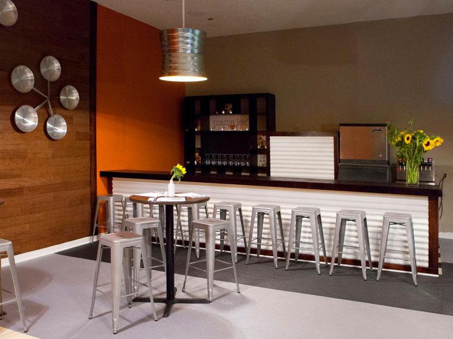 foto13-bar-cu-tejghea-din-lemn-decoratiuni-metalice