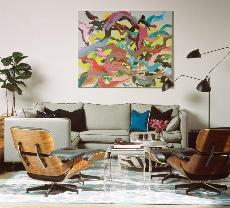 Amenajare de living cu scaune retro Eames, tablou colorat si lampadar din metal
