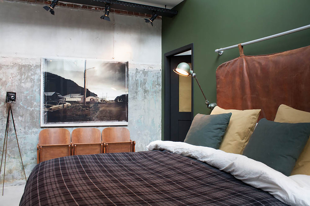 Amenajarea dormitorului in stil masculin - decor cu elemente de cinema: scaune din lemn, aparat foto, reflectoare