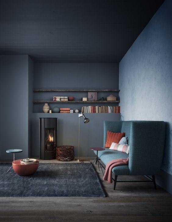 Living minimalist cu dominanta albastru inchis si accente de portocaliu