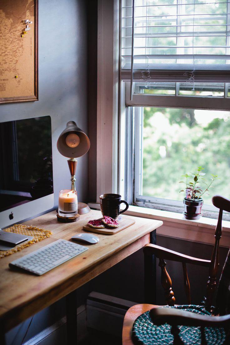 masa-din-lemn-si-metal-folosita-drept-birou-cu-scaun-rustic