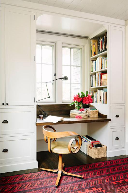 Scaun inedit in decorul unui birou alb