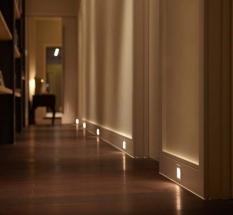 Amenajare hol intunecat cu spoturi de lumina