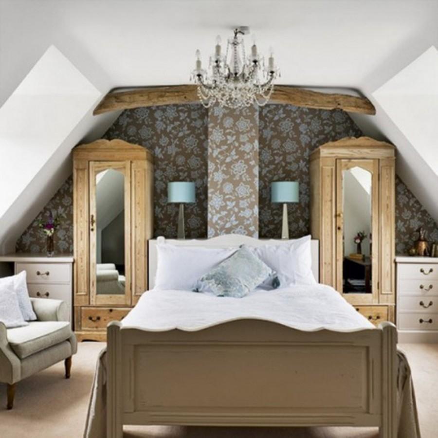 dormitor-mansarda-cu-pat-flancat-de-doua-dulapuri