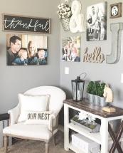 Amenajare hol cu locuri de sedere cu fotoliu si decoratiuni de perete