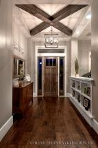 Amenajare hol cu podea din lemn, etajera separatoare si bufet