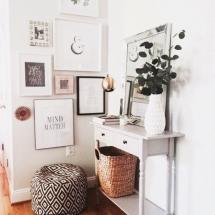 Amenajare hol patrat zugravit in alb, decorat cu tablouri