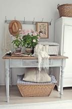 Amenajare hol vintage - consola albastru antichizat, cuier pentru haine si ghivece cu plante