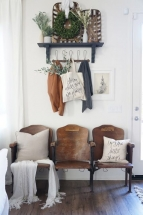 Amenajare hol vintage cu scaune din lemn si perne decorative