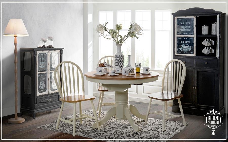 Sufragerie amenajata cu masa, scaune si vitrina country