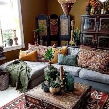 amenajarea-primuui-apartament-colt-de-living-boho-canapea-cu-perne-masa-de-cafea-orientala
